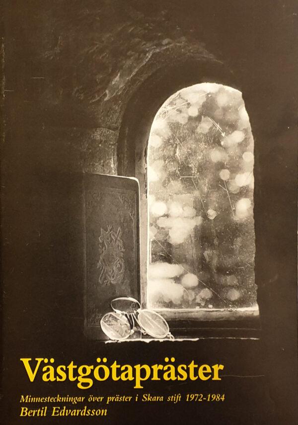 Ett kyrkfönster, en bok och ett par gamla glasögon.